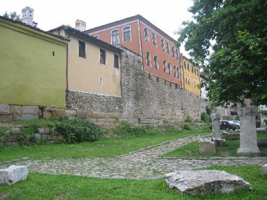 Plodiv houses perched on the ancient walls